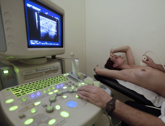 A woman receives an ultrasound scan by a doctor as she undergoes a mammography exam, a special type of X-ray of the breasts used to detect tumours, as part of a regular cancer prevention medical check-up at a radiology center in Nice, November 5, 2012. REUTERS/Eric Gaillard (FRANCE - Tags: HEALTH SCIENCE TECHNOLOGY) TEMPLATE OUT TELETIPOS_CORREO:%%%,%%%,%%%,CANCER